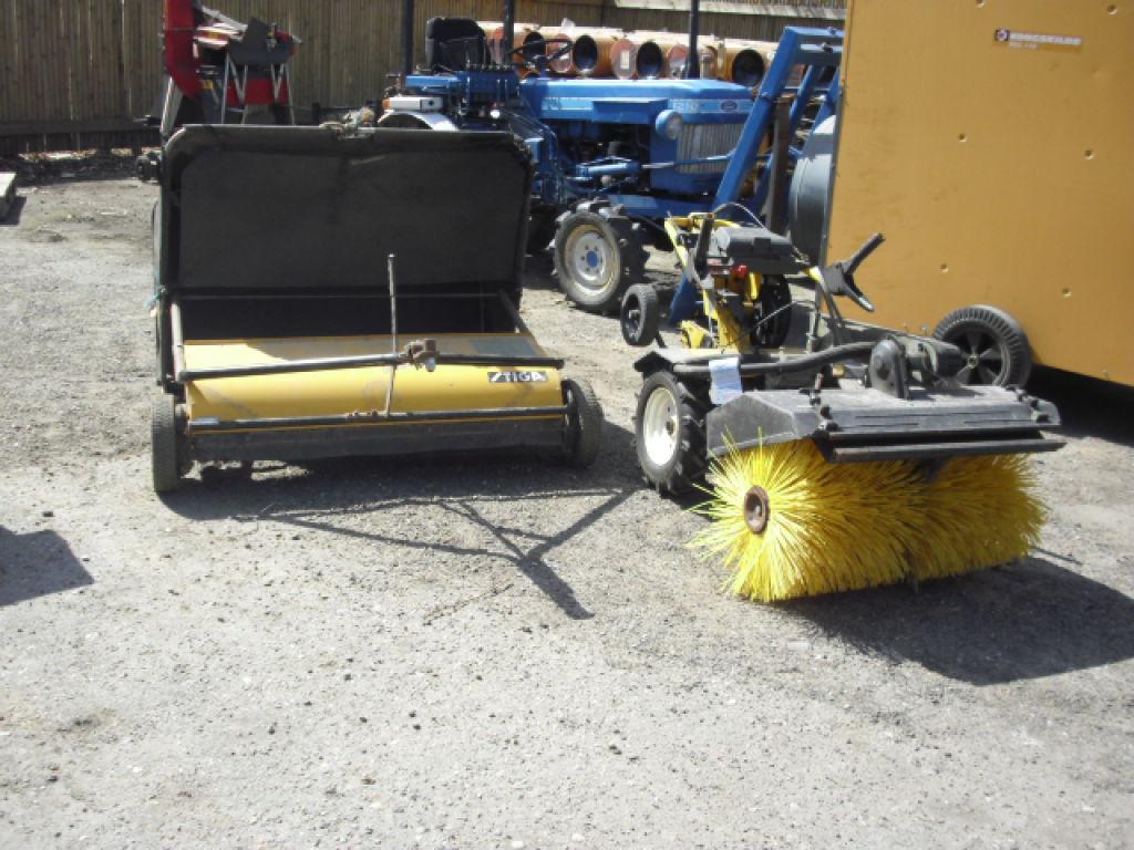Texas redskabsbærer med kost. Stiga græsopsamler. til salg. På Retrade kan du købe brugt udstyr ...