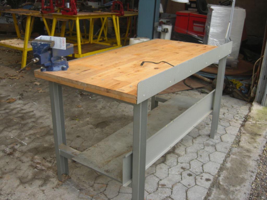 arbejdsbord Metal arbejdsbord med skruestik og hylde. Bordplade af hårdt træ  arbejdsbord
