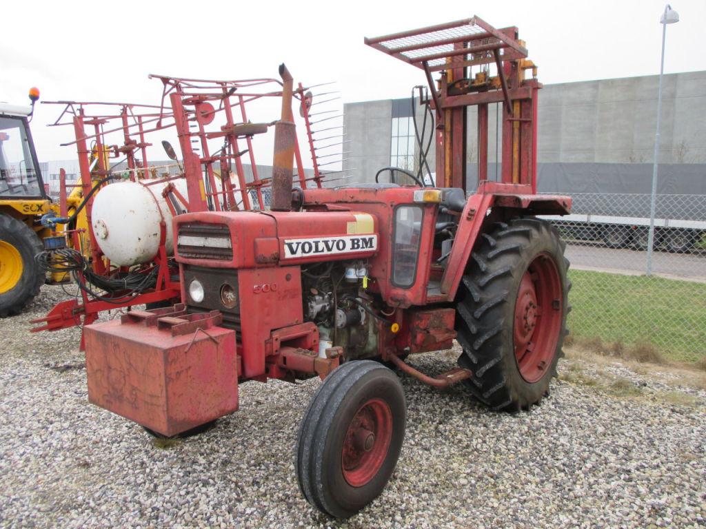 Volvo BM 500 traktor med byggelift / Volvo BM 500 tractor with forklift till salu. På Retrade ...