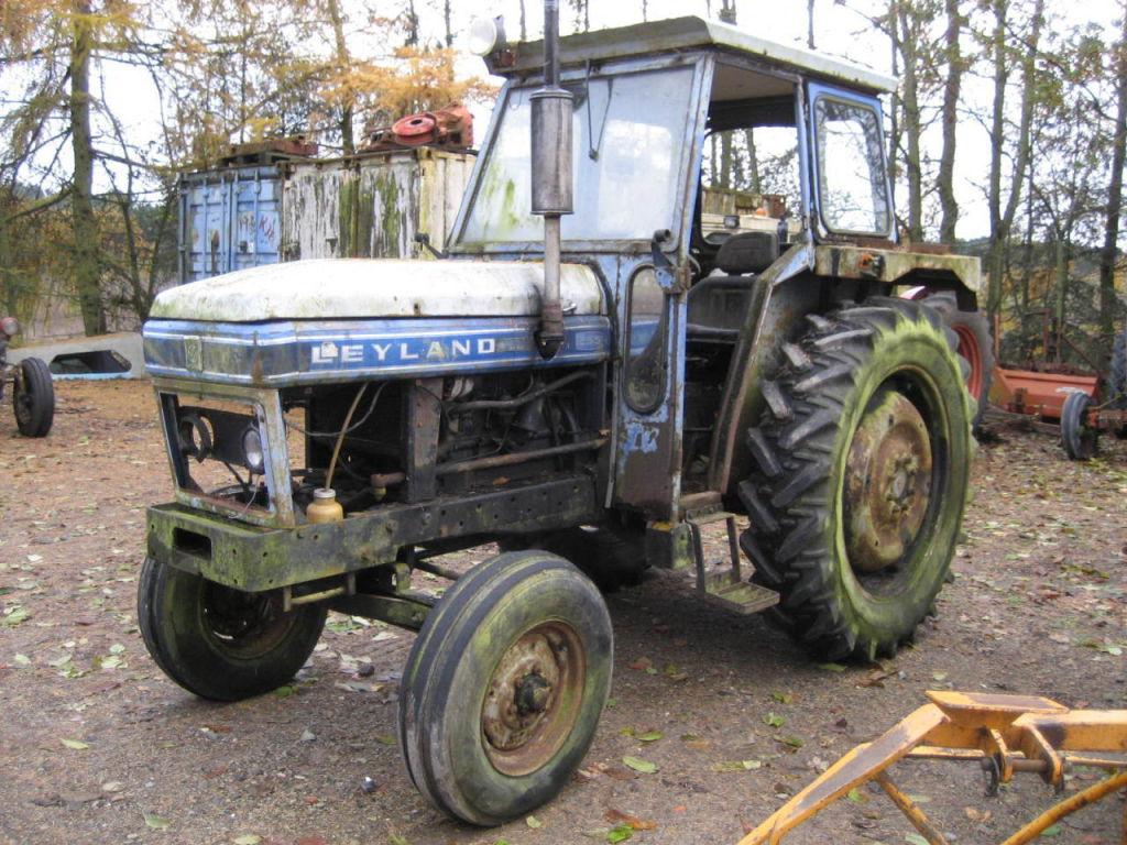 Leyland 255 Traktor med harver / Leyland 255 Tractor with ...
