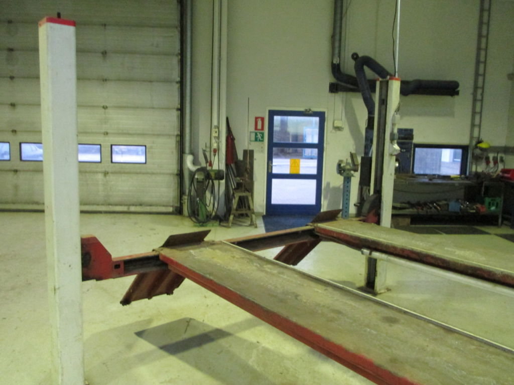 Stenhøj 4 søjlet lift med hydraulisk løfter til salg. På Retrade kan du købe brugt udstyr ...