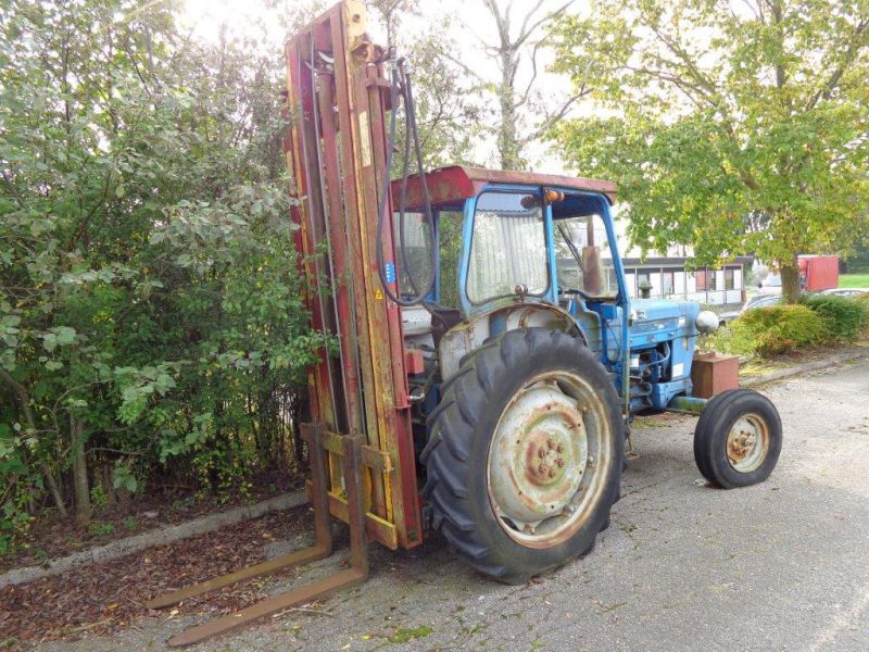 Ford 5000 traktor med byggelift tårn. 4150 timer. til salg. På Retrade kan du købe brugt udstyr ...