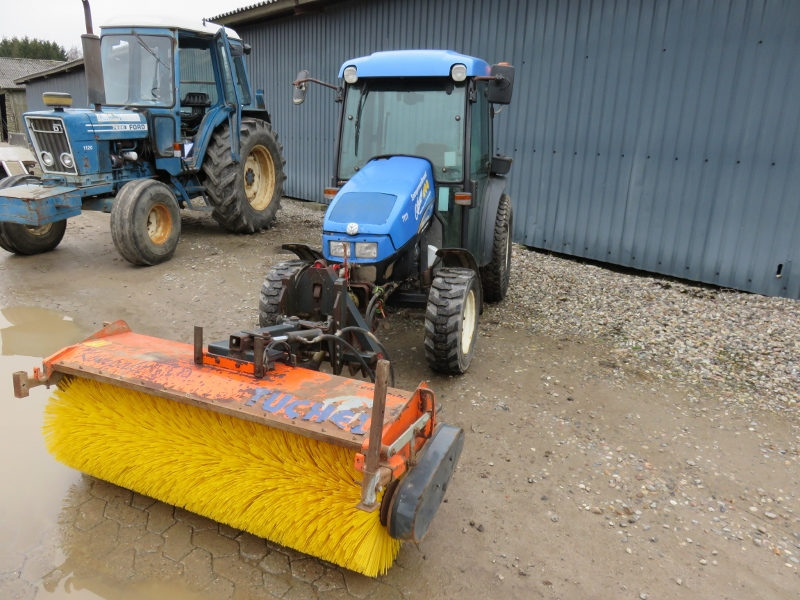 New Holland TCE55 traktor med kost / New Holland TCE 55 tractor with sweeper for sale. Retrade ...