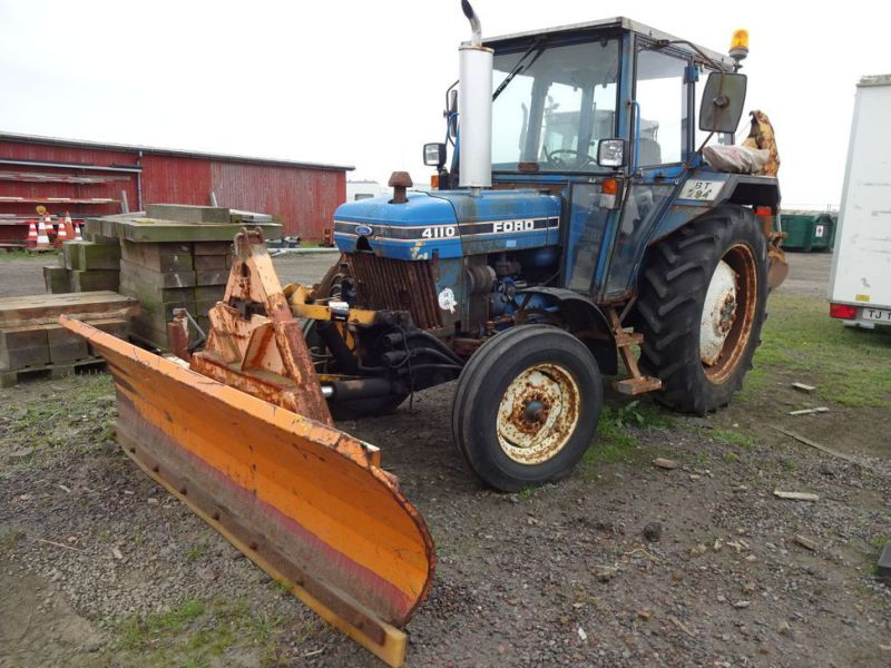 Ford 4110 2WD  med sneplov og kost / Ford with snow plow and sweeper - 2