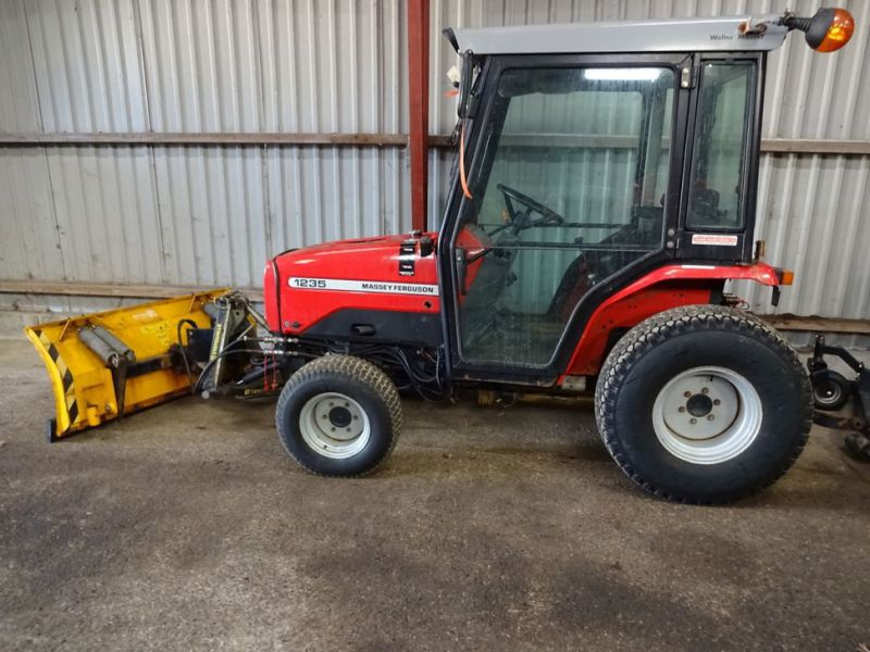 MF 1235 4WD traktor med sneplov / Tractor with snow plow.  - 2