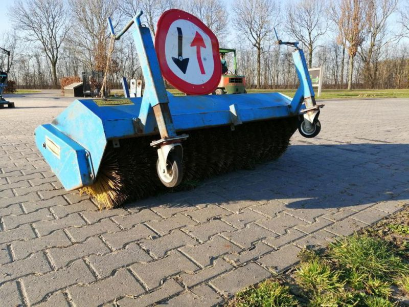 Schala Borstel machine op PTO achter trekker / Schala Brush machine on PTO behind tractor - 0