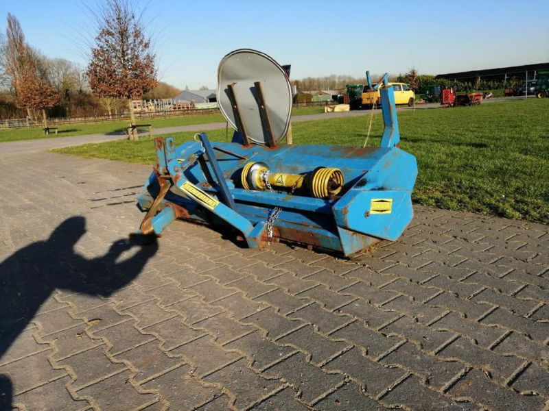 Schala Borstel machine op PTO achter trekker / Schala Brush machine on PTO behind tractor - 1