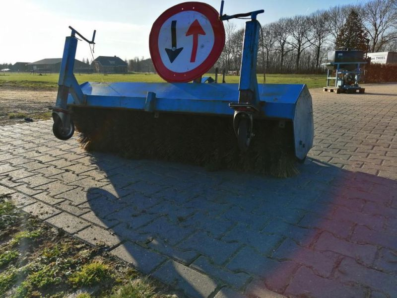 Schala Borstel machine op PTO achter trekker / Schala Brush machine on PTO behind tractor - 2