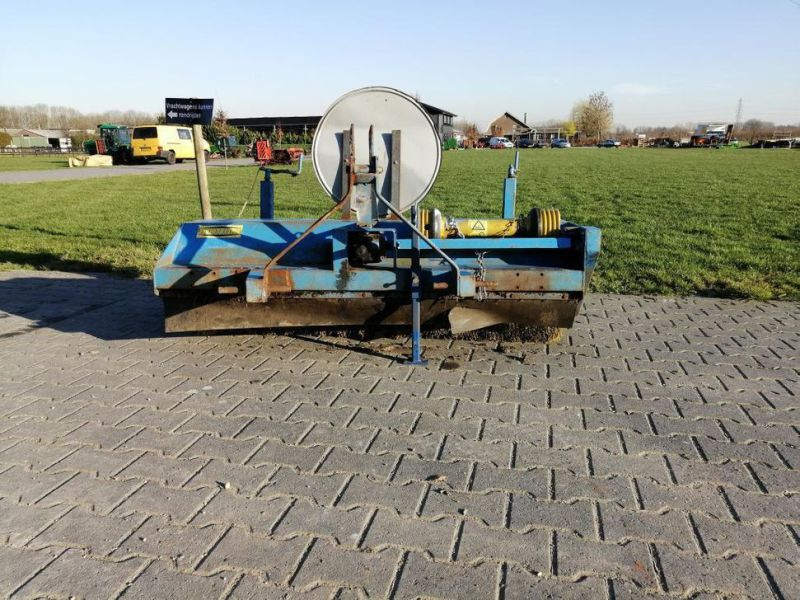 Schala Borstel machine op PTO achter trekker / Schala Brush machine on PTO behind tractor - 4