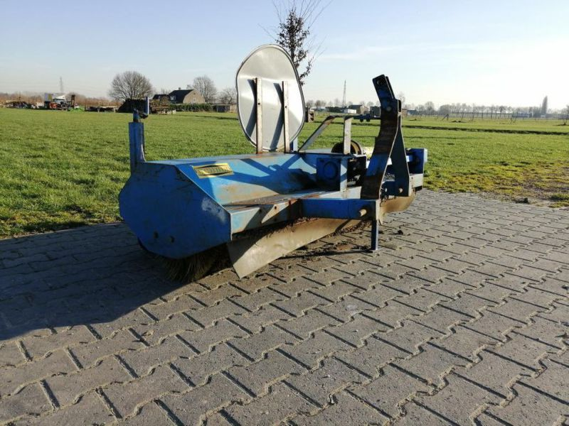 Schala Borstel machine op PTO achter trekker / Schala Brush machine on PTO behind tractor - 5