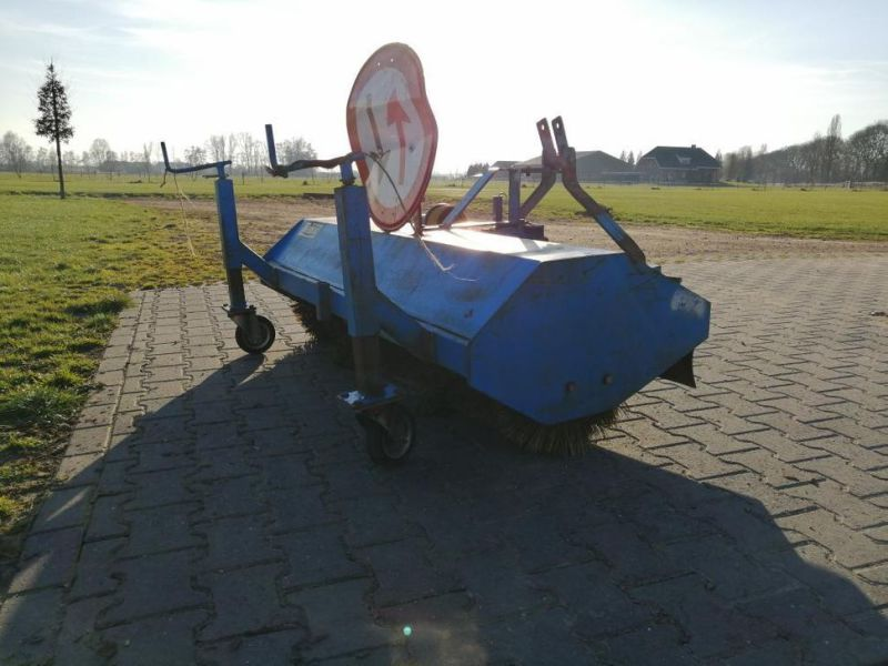 Schala Borstel machine op PTO achter trekker / Schala Brush machine on PTO behind tractor - 6