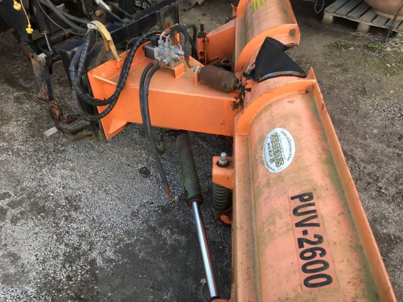 Traktor MF3635 -2008 med plog, sandspridare och  sopaggregat / Tractor MF3635 -2008 with plow, sand spreader and sweeper assembly - 42