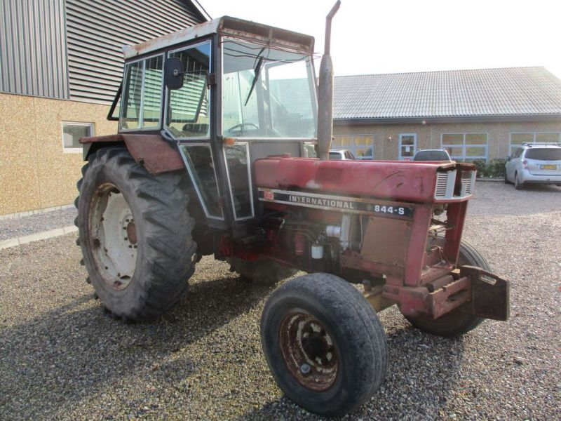 International IH 844S Traktor. 2 WD / tractor - 0