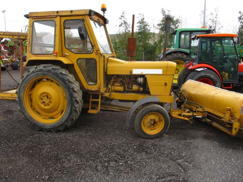 David brown 995 traktor med kost / tractor with sweeper - 0