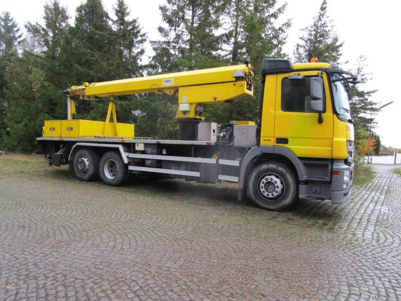 Mercedes lastbil med 33 meter personlift / truck with 33 meter lift - 0