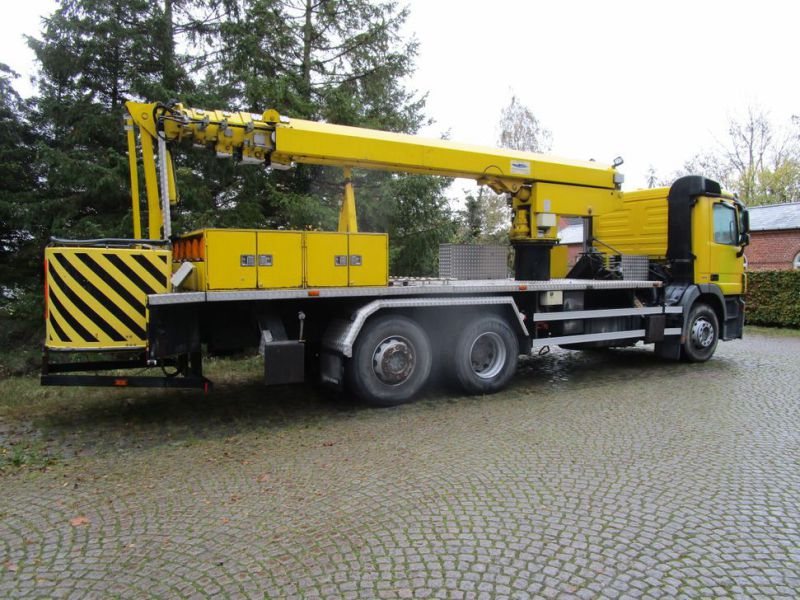 Mercedes lastbil med 33 meter personlift / truck with 33 meter lift - 9