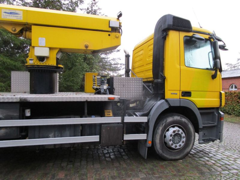 Mercedes lastbil med 33 meter personlift / truck with 33 meter lift - 42