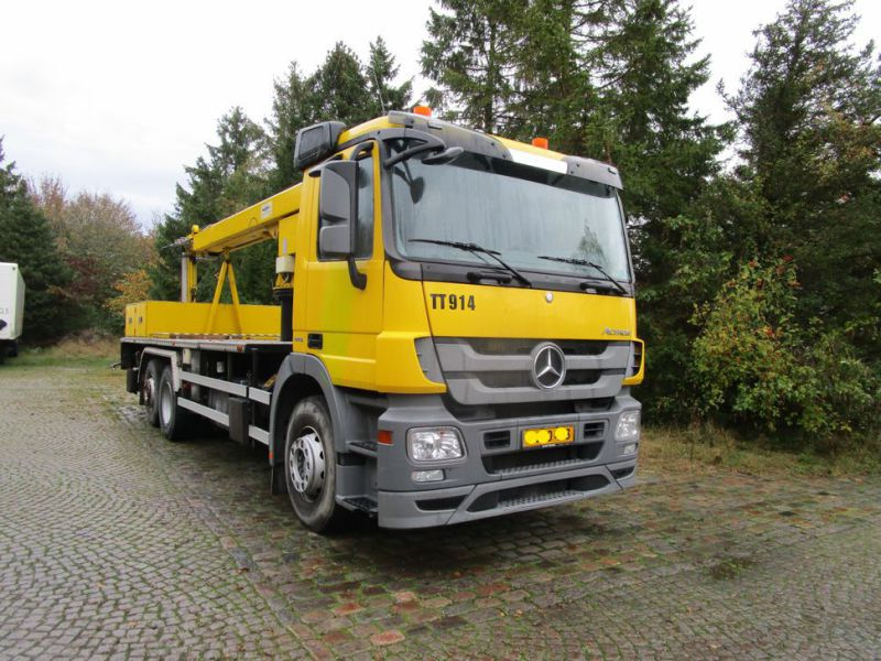 Mercedes lastbil med 33 meter personlift / truck with 33 meter lift - 55