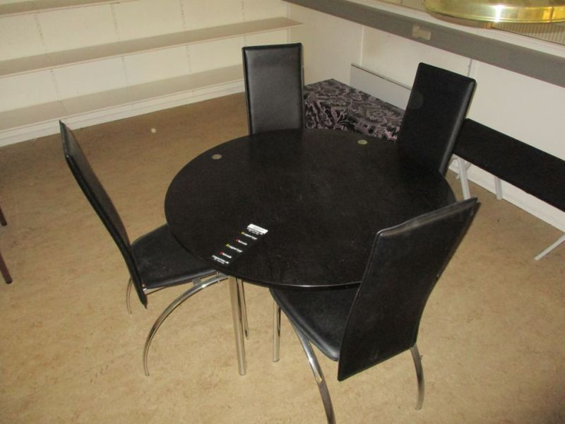 Bord med 4 stole / Table with 4 chairs - 2