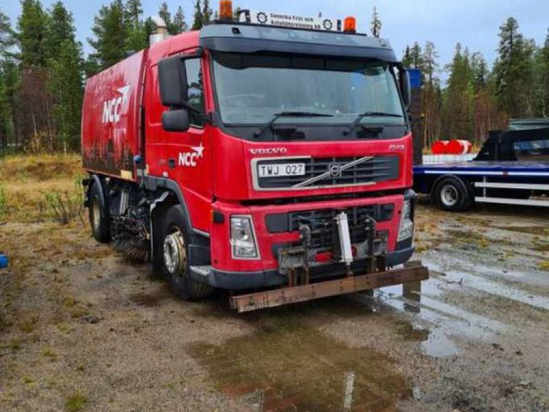 Lastbil med sop och sugutrustning / Truck with garbage and suction equipment - 0