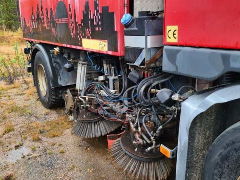 Lastbil med sop och sugutrustning / Truck with garbage and suction equipment - 4
