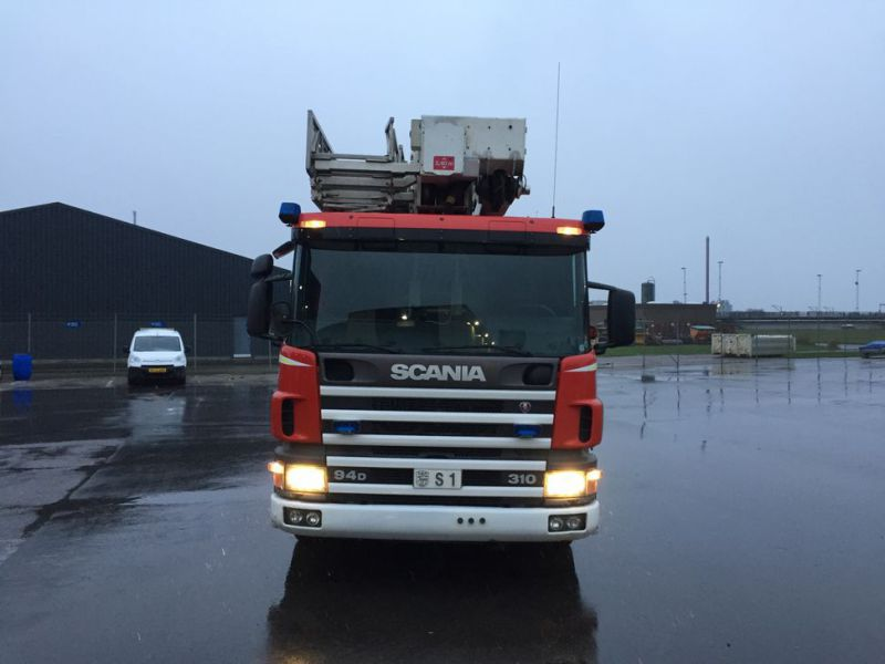 Scania P94 DB4x2 med Bronto lift / Truck with lift - 1
