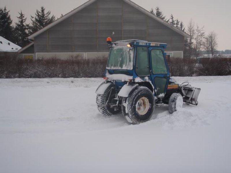 Iseki 320 mini-traktor med sneskovl / snerydning til salgs. På Retrade kan du kjøpe brukte ...